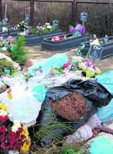 Skandal na cmentarzu w Zgierzu! Worki ze śmieciami leżące wprost na grobach!