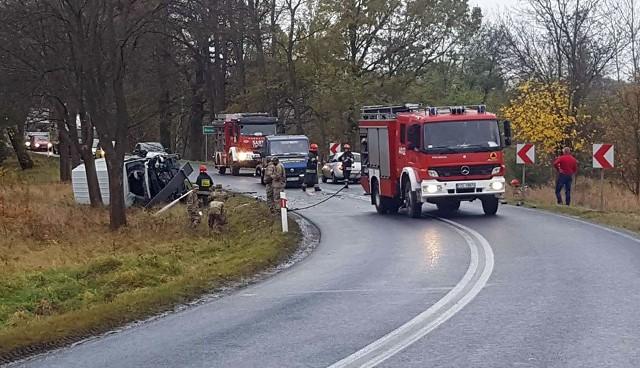 """<b>Do poważnego wypadku doszło w piątek 10 listopada w Gorzupi na trasie z Nowogrodu Bobrzańskiego do Żagania. Zderzyły się bus, którym jechali amerykańscy żołnierze z citroenem. Droga jest zablokowana.  </b>Wypadek potwierdza nam podinsp. Sylwia Woroniec, rzeczniczka żagańskiej policji. Do wypadku doszło przed godz. 15.00 na tarsie w Gorzupi. Na zakręcie, na którym jest podwójna linia ciągła, czołowo zderzyły się bus z citroenem C4.Po bardzo mocnym zdarzeniu bus i citroen wypały z drogi. Bus na poboczu przewrócił się i zapalił się. Na miejsce przyjechały służby ratunkowe. Strażacy bardzo szybko zgasili busa. Karetka pogotowia ratunkowego zabrała do szpitala jedną ranna osobę, która jechała citroenem.W busie jechali amerykańscy żołnierze, którzy stacjonują w bazie w Żaganiu. Bus nie był jednak wojskowy, tylko z wypożyczalni. - Nie mamy jeszcze szczegółów zdarzenia. Ponieważ w wypadku udział biorą amerykańcy żołnierze, sprawę przejmie żandarmeria wojskowa – informuje podinsp. Woroniec. Żandarmeria będzie musiała ustalić przebieg oraz okoliczności wypadku.Amerykańskim żołnierzom nic się nie stało. Droga w miejscu wypadku jest zablokowana. Żagańska policja do czasu przyjazdu żandarmerii będzie zabezpieczać miejsce zderzenia.<b>Przeczytaj też: </b> <b><a href=""""http://www.gazetalubuska.pl/wiadomosci/zielona-gora/g/wypadek-amerykanskiej-ciezarowki-pociski-na-drodze-jeden-zolnierz-ranny,11714676,22374302/""""><font color=blue>Wypadek amerykańskiej ciężarówki. Pociski na drodze. Jeden żołnierz ranny</font></a></b><b>Zobacz też wideo: Porwanie 25-letniej kobiety w Słubicach. Policja i matka ofiary zdradzają kulisy tego zdarzenia</b><script class=""""XlinkEmbedScript"""" data-width=""""700"""" data-height=""""380"""" data-url=""""//get.x-link.pl/41ad8c16-6cf2-1e9f-8e1f-f52cef160689,ca78c0a1-afca-e930-bf7d-8a1274248731,embed.html"""" type=""""application/javascript"""" src=""""//prodxnews1blob.blob.core.windows.net/cdn/js/xlink-i.js""""></script><center><div class=""""fb-like-box"""" data-href=""""https://www.facebook.com/g"""