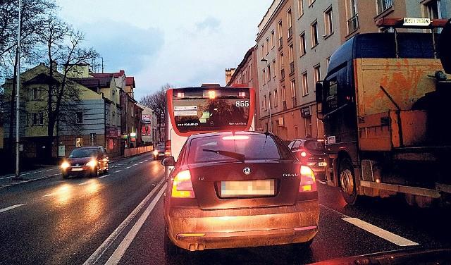 Na ul. Dąbrowskiego buspas jest zablokowany, dlatego autobusy jeżdżą lewym pasem