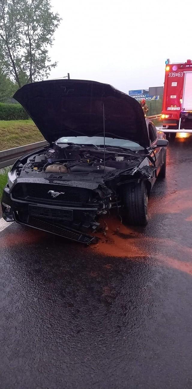 Wypadek na zakopiance w Mogilanach. Ford mustang wylądował na barierach.