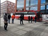 Pod Bonarką w Krakowie zaparkował autokar, w którym można oddać krew. Chętnych nie brakuje [ZDJĘCIA]