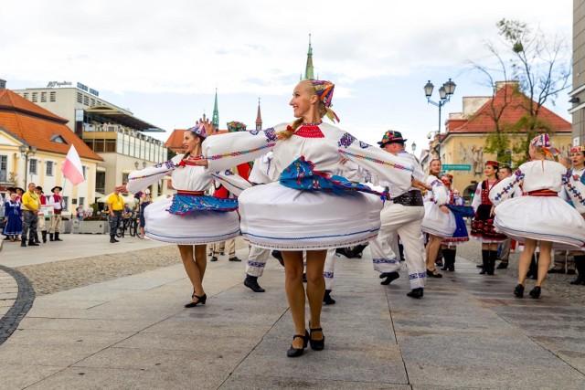 Wczoraj przez centrum Białegostoku przeszła barwna parada wykonawców zaproszonych na scenę XI Podlaskiej Oktawy Kultur
