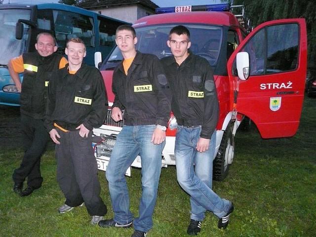 Od lewej stoją Bartosz Malinowski, Krystian Paryszewski, Michał Ryciuk i Sławomir Pogorzelski. Za nimi wóz, który mają od 2010 roku.