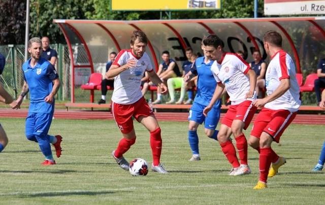 Piłkarze Pilicy Białobrzegi (w biało-czerwonych strojach) w sobotę na własnym boisku zagrają z Huraganem Wołomin.