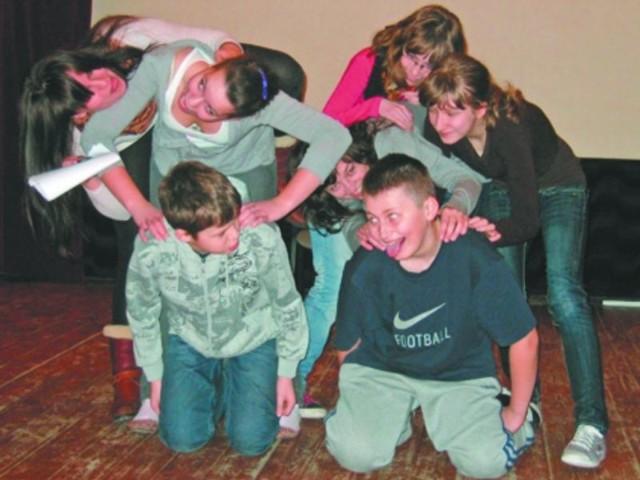gimnazjaliści na próbie kabaretu