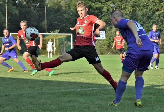 IV liga małopolska, zachód. LKS Rajsko - MKS Trzebinia 0:0. Na zdjęciu: Patryk Formas przerywa akcję trzebinian