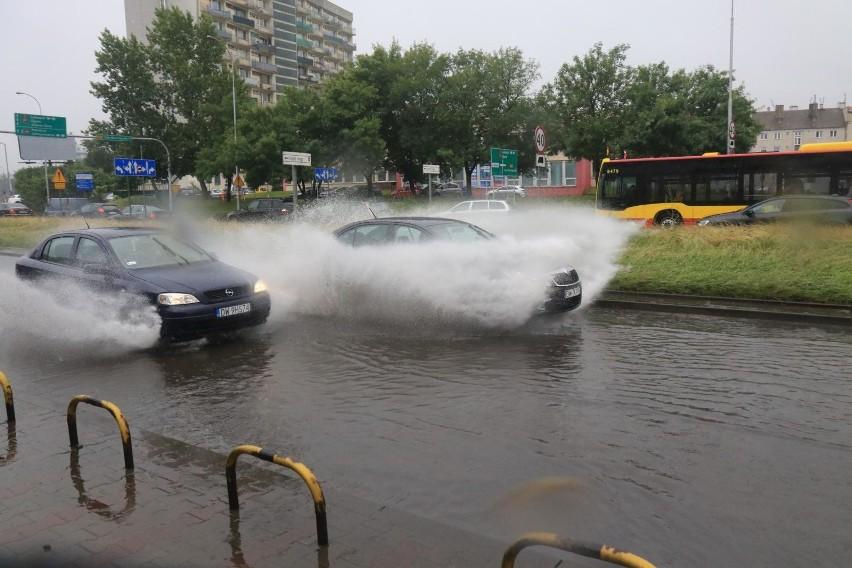 Ulica Klecińska systematycznie zalewana jest przed estakadą...