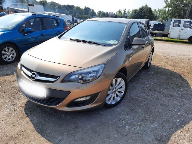 1.Opel Astra J, rocznik 2013/14. Silnik benzynowy o mocy 101 KM, poj. 1.4.  Na liczniku 156 tys. km. Właściciel zapewnia, że lakier jest oryginalny. Cena – 32 tys. zł.