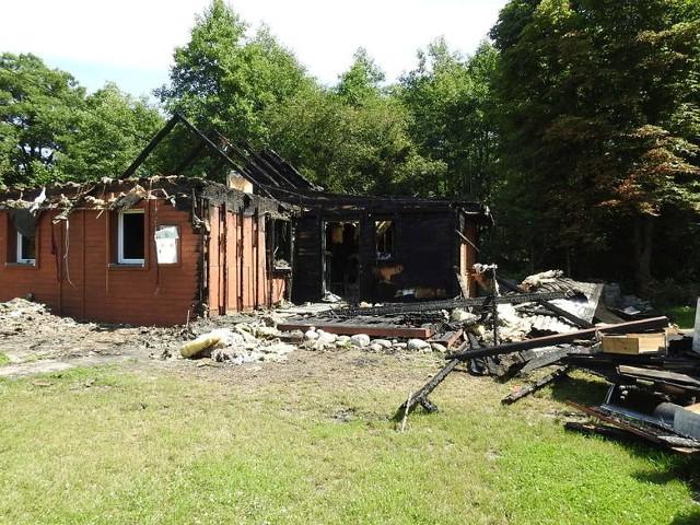 Niewielki drewniany dom spłonął doszczętnie