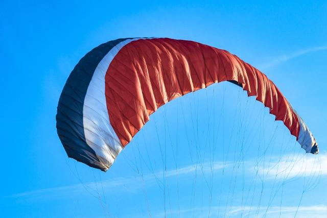 Lot paralotnią zakończył się dla 41-latka wypadkiem i pobytem w szpitalu. (zdjęcie ilustracyjne)