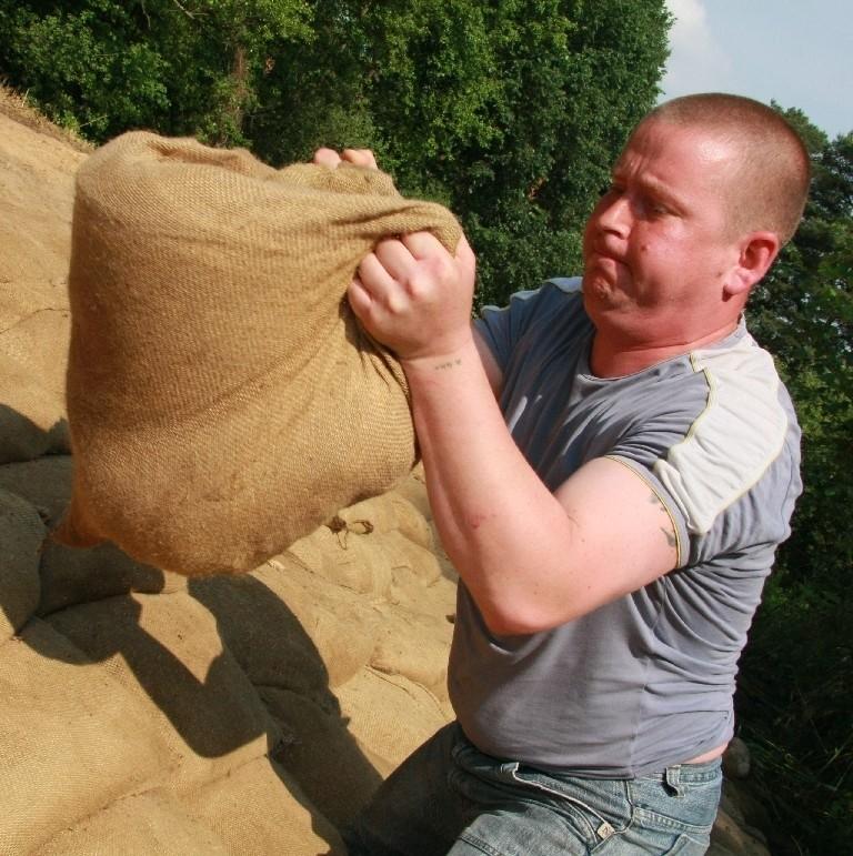 - Na wzmocnienie wału koło naszej wsi poszło kilka tysięcy worków z piaskiem. Pracowaliśmy za darmo i uratowaliśmy wieś - mówi Kamil Różycki, sołtys Murzynowa.
