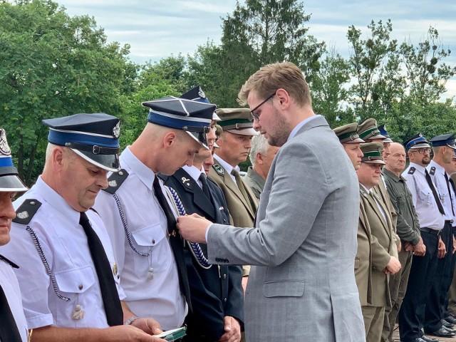 Minister środowiska Michał Woś podczas wizyty [6.07.2020] w Biebrzańskim Parku Narodowym