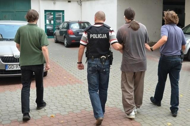 Podejrzany w drodze na przesłuchanie