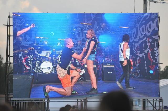 """Na Małej Scenie Przystanku Woodstock 2017 grał właśnie Oddział Zamknięty. Kapela przerwała koncerty, by Radek mógł oświadczyć się swojej wybrance. Powiedziała """"tak!"""".Oddział Zamknięty zaczął grać akurat kawałek """"Obudź się"""". Po kilku pierwszych taktach na scenę wszedł Radek i jego wybranka. Kapela przestała grać, a Radek klęknął na scenie i się oświadczył. Dziewczyna powiedziała """"tak!"""", a świadkami było tysiące osób, zgromadzonych przed Małą Sceną. - Jesteście najlepsi. Grać dla was to zaszczyt! - powiedział na zakończenie Krzysztof Wałecki, wokalista Oddziału Zamkniętego.Zobacz też wideo: Woodstock 2017: Zabawa pod scenąWszystkie informacje o Przystanku Woodstock 2017 w Kostrzynie nad Odrą:  Przystanek Woodstock 2017: koncerty, zdjęcia, filmy, informacje"""