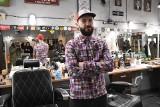 """Właściciel Gola's Barber Shop w Kielcach nie traci dobrego nastawienia. """"Mam duże wsparcie w klientach"""" (WIDEO)"""
