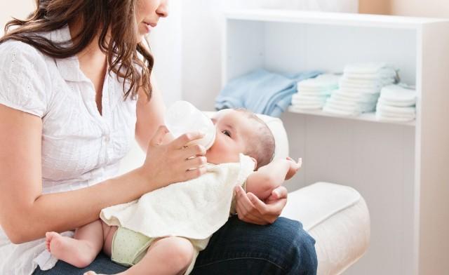 W czasie przebywania na urlopie macierzyńskim młodej mamie przysługuje zasiłek.