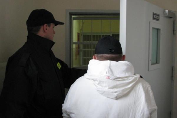 29-latek usłyszał zarzut kradzieży rozbójniczej. Grozi mu nawet 10 lat więzienia.