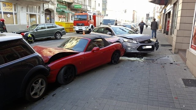 """W niedzielę rano na ul. Garbary zderzyło się kilka aut. Zniszczonych zostało aż pięć samochodów.Do zdarzenia doszło, gdy kierowca forda nieprawidłowo zmieniał pas ruchu. Nie ustąpił pierwszeństwa jadącej dobrze skodzie - samochody zderzyły się i """"zatrzymały"""" na zaparkowanych przy chodniku autach.Przejdź do kolejnego zdjęcia --->"""