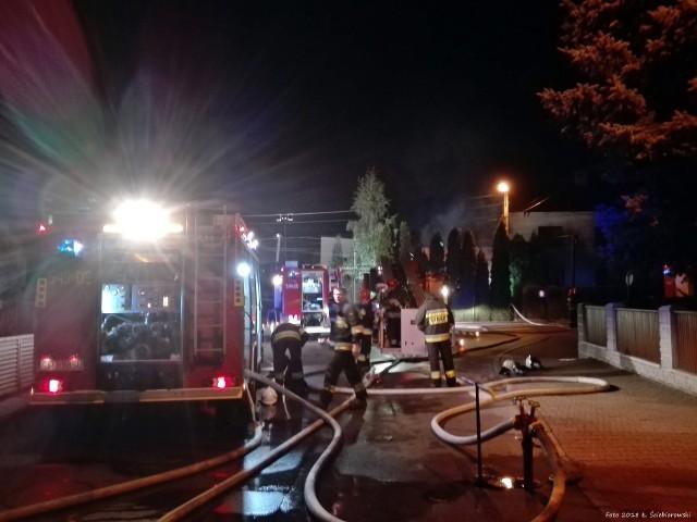 Do pożaru na Osiedlu Powstańców doszło wieczorem w poniedziałek. Palił się budynek przy ul. Biskupa Nankera. Państwowa Straż Pożarna otrzymała zgłoszenie o godz. 19.