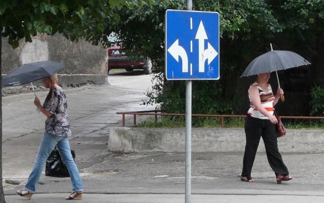 Na ul. Wojska Polskiego wymijały się dwie panie z parasolami. Kierunek ich drogi przypadkowo wskazał znak drogowy.