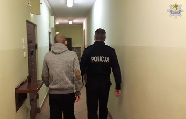 Policjanci z Gdyni Chyloni zatrzymali  mężczyznę, który w czerwcu 2015 roku zaatakował nożem pasażerów autobusu