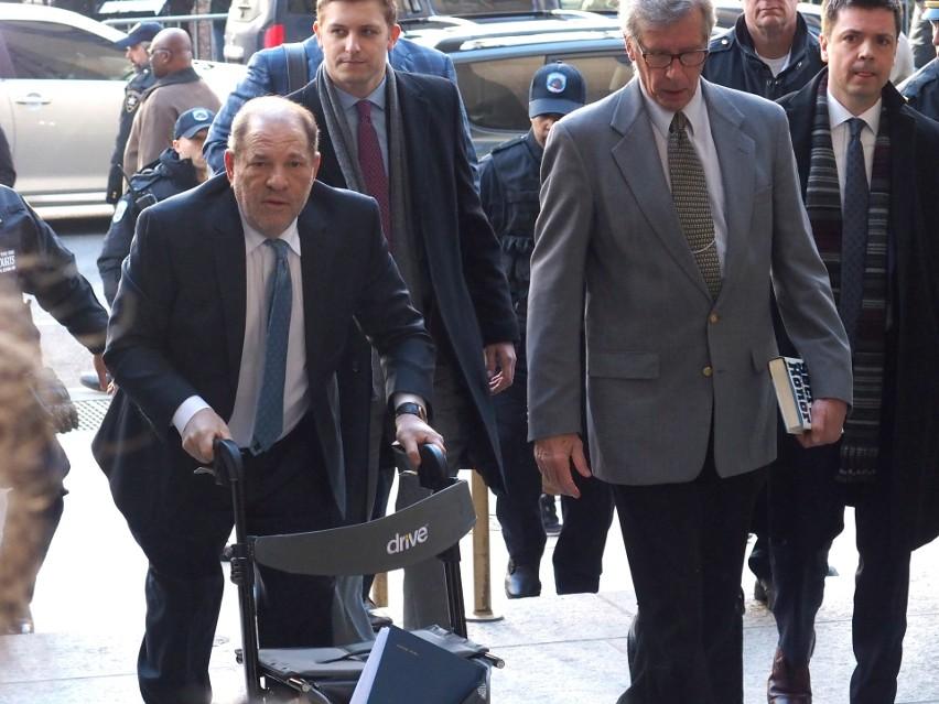 Na swój proces w lutym Weinstein przybył z fotelem...