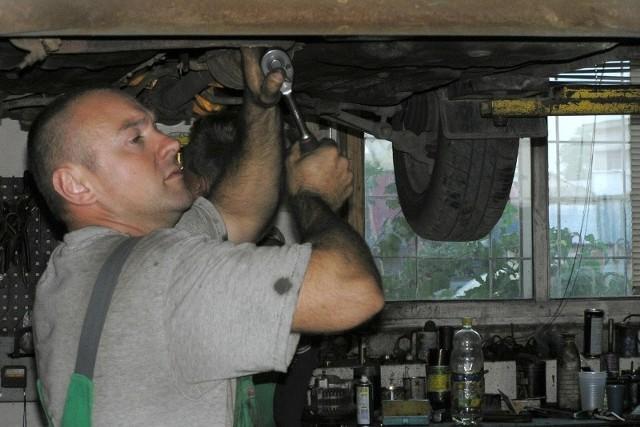 - Z rachunkiem czy bez? - z takim pytaniem mechanika spotkał się niemal każdy, kto musiał naprawiać samochód. I zwykle odpowiadamy, że bez, bo po prostu usługa jest wtedy tańsza.
