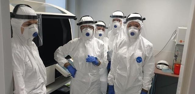 """Zespół laboratorium """"Diagnostyka"""", który przeprowadza testy na koronawirusa."""
