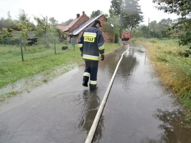 Na drodze stypułowskiej w kierunku Chotkowa woda podchodziła aż pod budynki.