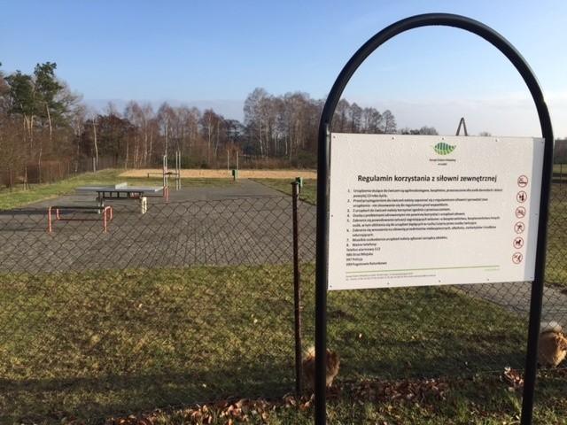 Na boisku w łódzkich Łaskowicach próżno szukać osób, uprawiających sport. Obiekty służą okolicznym mieszkańcom jako miejsce do wyprowadzania psów...