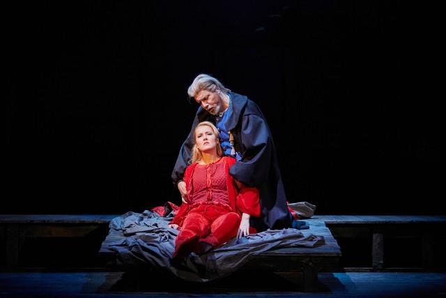 Aleksandra Kubas-Kruk (Gilda) i Dario Solari (Rigoletto) w najnowszej premierze Teatru Wielkiego w Poznaniu