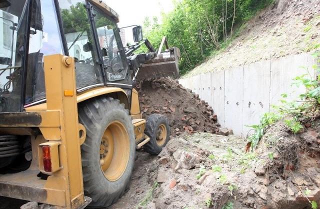 Skarpa zamkowa będzie wzmocniona murem oporowym na długości dwóch kamienic.