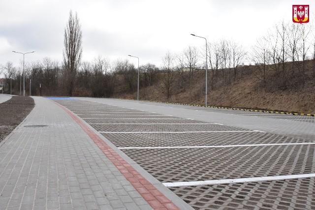 Zakończyła się budowa parkingu przy ul. Bocznej w Inowrocławiu. Powstało tam 49 miejsc postojowych, z których korzystać będą osoby odwiedzające Solanki