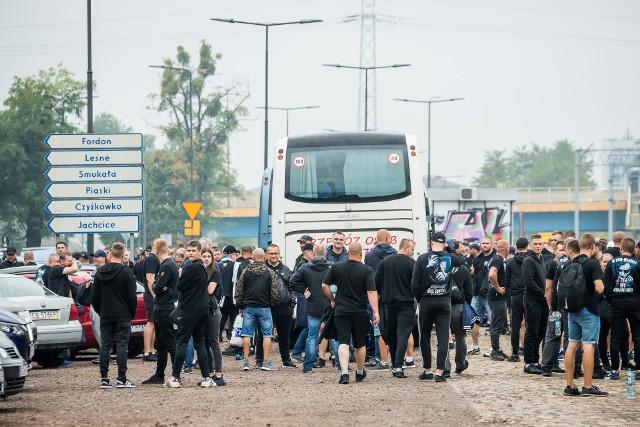 Dziś o godz. 14 w Toruniu derby regionu pomiędzy miejscową Elaną i Zawiszą. Na spotkanie udała się grupa około 500 sympatyków bydgoskiego klub. Kolumnę tworzyło 11 autokarów. Mamy zdjęcia z wyjazdu kibiców niebiesko-czarnych.  Aby zobaczyć zdjęcia przesuń gestem w prawo lub strzałką>>>