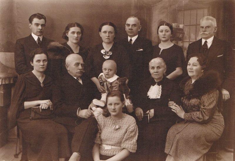 Fotografia rodzinna z 1933 roku. Stoją od lewej: Stefan Kalina, NN, Maria Szymańska, Leon Szymański, NN, Roman Moszyński. Siedzą od lewej: Halina Szymańska-Kalinowa, Bolesław Szymański, Wojciech Kalina, Maria Korycińska, Stefania Szymańska, Eugenia Korycińska - Moszyńska.