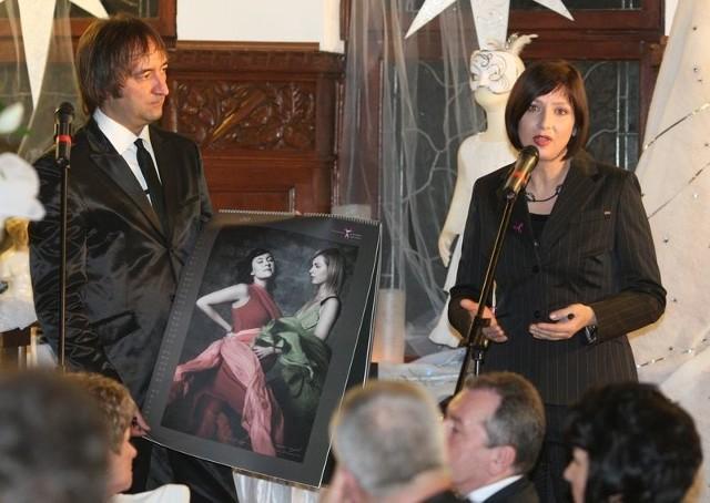 Prezentacja kalendarza z autografem Grażyny Wolszczak, który był zlicytowany podczas sobotniego balu prezydenckiego.