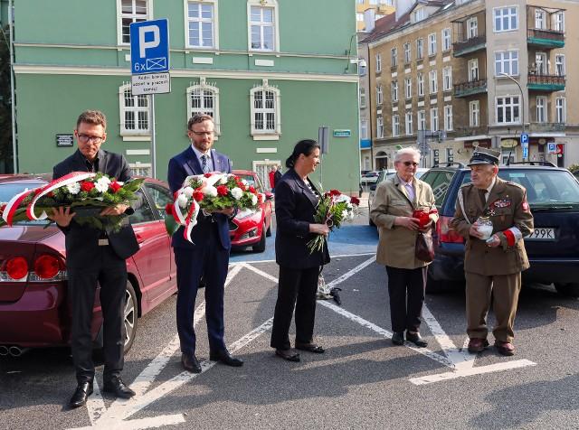 Zbigniew Bogucki, Michał Przepiera i żołnierze AK z rodzinami złożyli kwiaty pod urzędem miasta 27.09.2021
