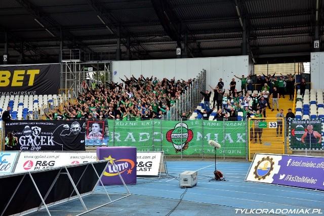 Kilkuset kibiców zielonych dopingowała Radomiaka Radom podczas meczu ze Stalą w Mielcu. Radomianie po golu w doliczonym czasie gry pierwszej połowy z rzutu karnego przegrali 0:1.ZOBACZ ZDJĘCIA KIBICÓW I ZDJĘCIA Z MECZU>>>