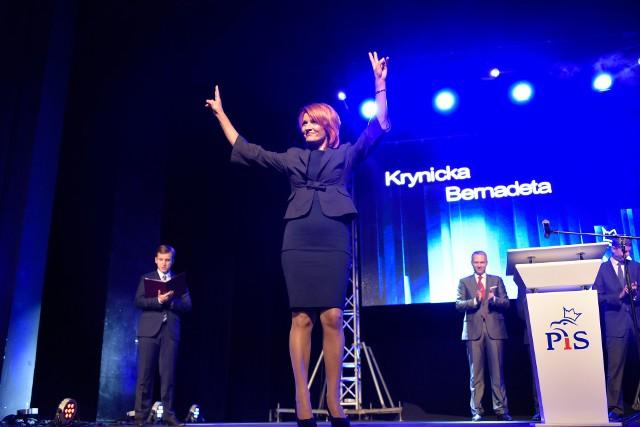 Bernadeta Krynicka urodziła się 16 kwietnia 1970 roku w Łomży. Była pielęgniarką i radną. Od 2015 roku zasiadała jako poseł w Sejmie VIII kadencji. Ukończyła Studium Medyczne w Łomży, Uniwersytet w Białymstoku oraz Wyższą Szkołę Agrobiznesu w Łomży. Zdobyła wyższe wykształcenie na kierunkach Pedagogika Opiekuńczo-Wychowawcza oraz Pielęgniarstw.