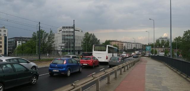 Czwartkowe (13 maja) popołudnie z pewnością daje się we znaki kierowcom podróżującym krakowskimi drogami. Niemal całe miasto wraz z obwodnicą stoi w jednym wielkim korku.