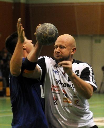 Tomasz Rafalski (z piłką) walnie przyczynił się do zwycięstwa akademików w Ciechanowie, zdobywając sześć ważnych i efektownych bramek