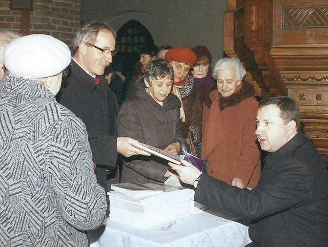 Ks. Damian Lewiński rozdawał autografy