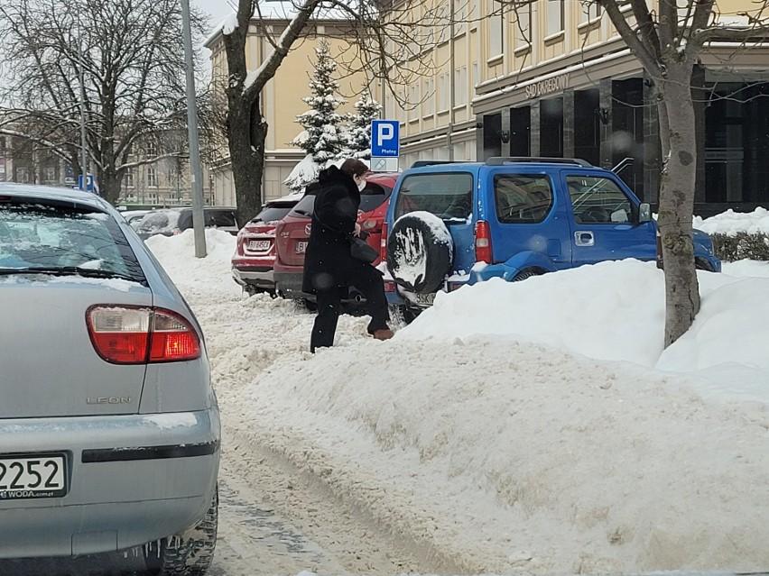 Strefa płatnego parkowania pod śniegiem, ale płacimy, jakby śniegu nie było (zdjęcia)