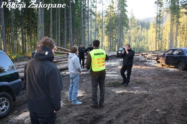 Józef C. (w szarej bluzie) w czasie wizji lokalnej na leśnej drodze, gdzie porzucił zwoki 16-latka