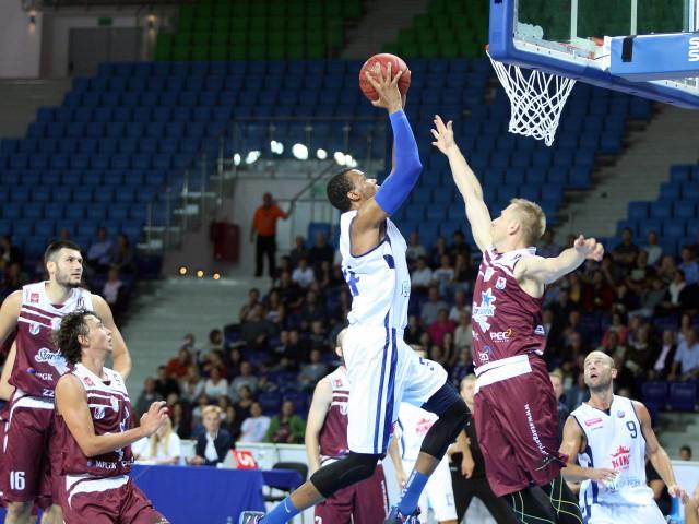 W grudniu koszykarzy Spójni (bordowe stroje) grają tylko na wyjazdach.