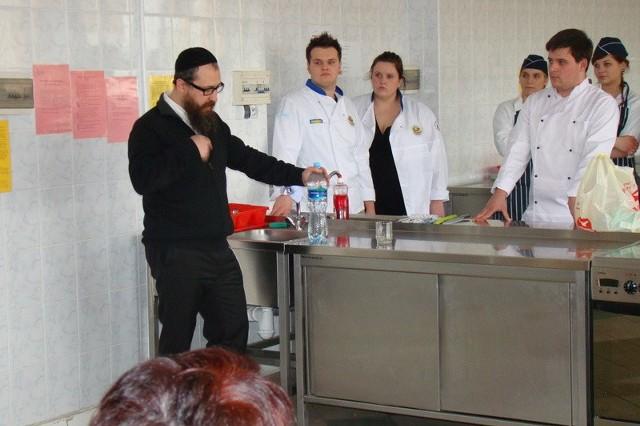 Piotr Bramson z Hotelu Mariot w Warszawie, zaprezentował w radomskiej szkole, jak przygotować niektóre potrawy kuchni żydowskiej.