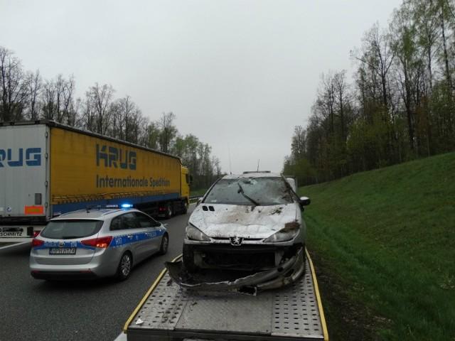 Peugeot wpadł w poślizg, wypadł z drogi i dachował na niewielkiej skarpie, później spadł na jezdnię.