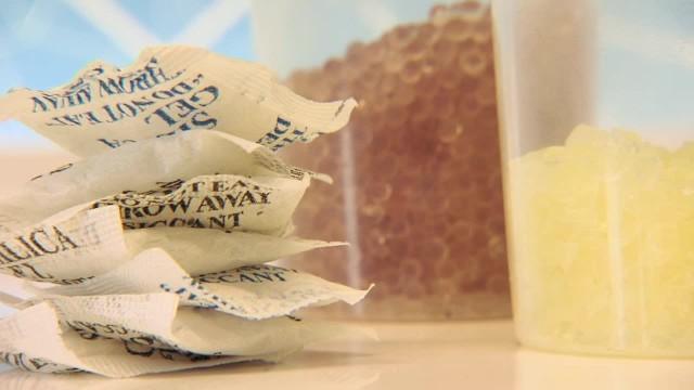 """Bardzo przydatna biała torebka z pudełka po butach. Do czego można ją wykorzystać?Każdy zna te małe torebeczki znajdujące się w pudełkach po butach lub w nowych torebkach czy plecakach. Nazywane są one """"silica gel"""", co po polsku oznacza żel krzemionkowy. A kto z nas wie, że ta mała saszetka umieszczona w kosmetyczce przedłuża życie sypkich kosmetyków - pudrów i cieni?"""