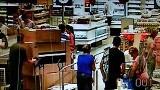 Jak ukraść stertę mebli z IKEA przez kasy? Polak potrafi! [FILM z monitoringu]