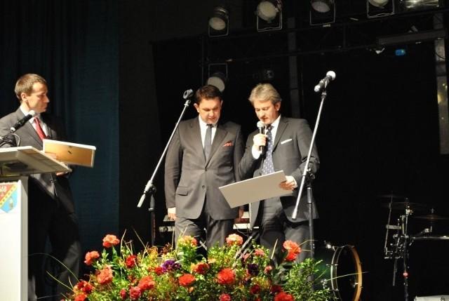 Prezes Totalizatora Sportowego Wojciech Szpil (pierwszy z prawej) na defibrylatory przekazał staroście Andrzejowi Oziębło czek o wartości 6 tysięcy złotych. Na zdjęciu od lewej wicestarosta Adam Bolek.
